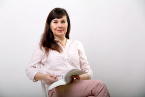 Eva Pecháčová sedí ačte knížku